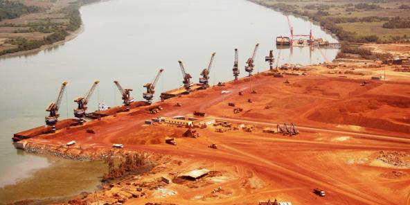 La compagnie SMB a été la première à acheminer la roche par les fleuves, nombreux en Guinée maritime (ici le port de Dapilon, sur le Rio Nunez).