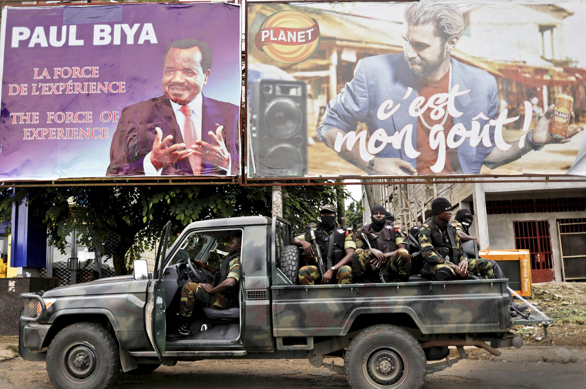 Patrouille du bataillon d'intervention rapide à Buea, en zone anglophone, à quelques jours de la présidentielle au Cameroun, en octobre2018.