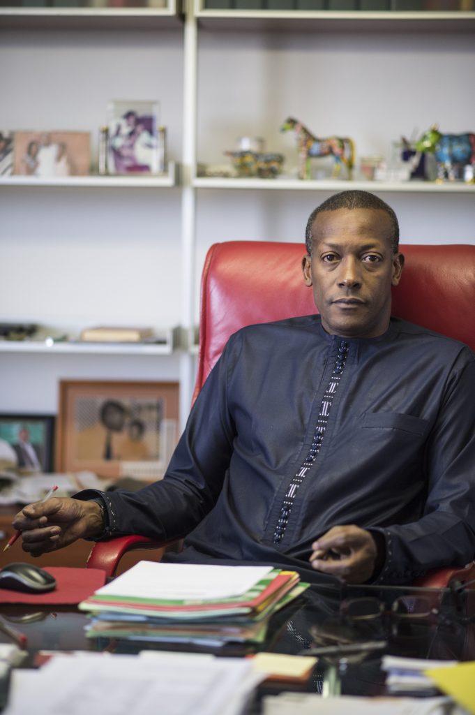 02/04/2015. Dakar. Sénégal. Portrait de Oumar Sow Directeur Général de la Compagnie Sahélienne d'Entreprises (CSE) dans son bureau à Dakar. ©Sylvain Cherkaoui pour Jeune Afrique
