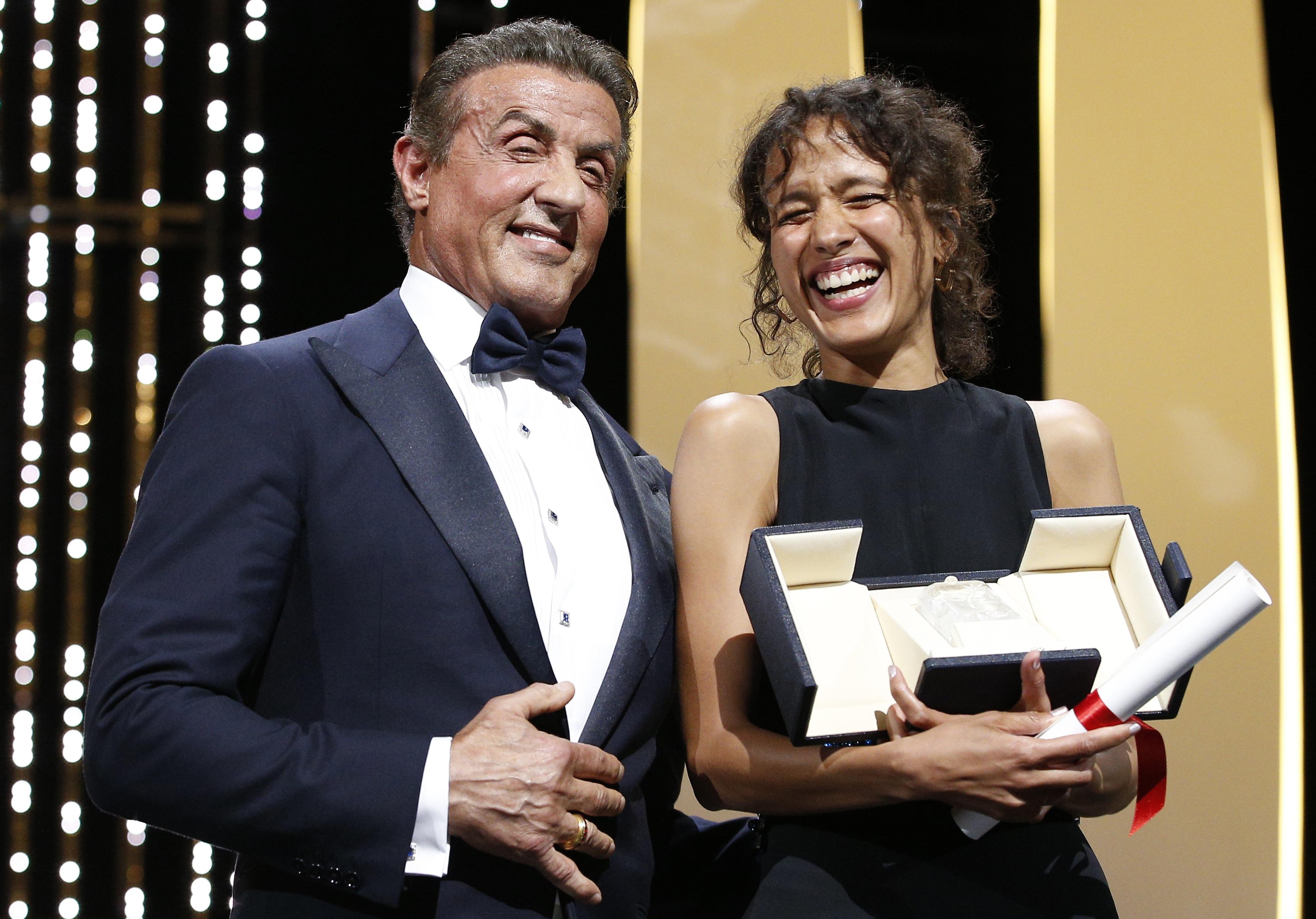 La réalisatrice franco-sénégalaise Mati Diop recevait le grand prix du Festival de Cannes 2019 des mains de l'acteur Sylvester Stallone.