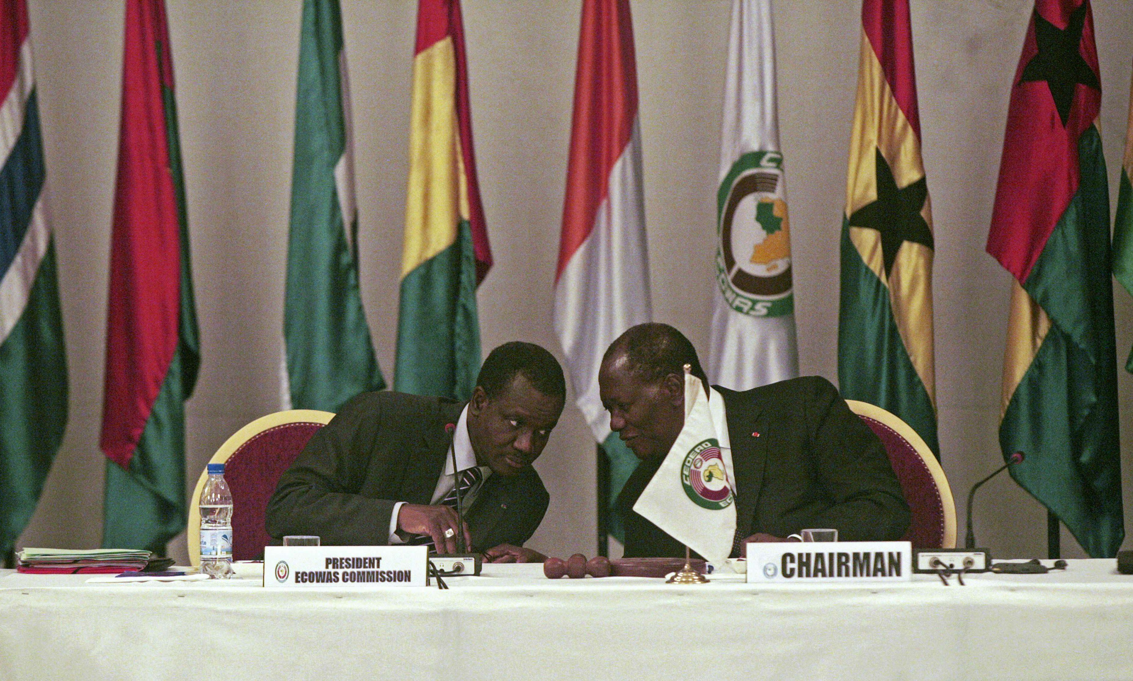 Alassane Ouattara, à droite, le président de la Côte d'Ivoire, avec Kadré Désiré Ouédraogo, président de la commission de la CEDEAO, lors d'une réunion le mardi 27 mars 2012.