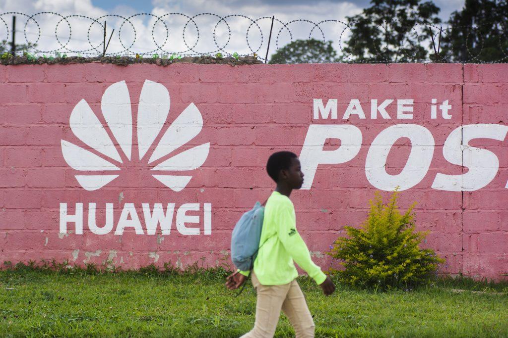 Un mur peint aux couleurs de Huawei en Zambie.