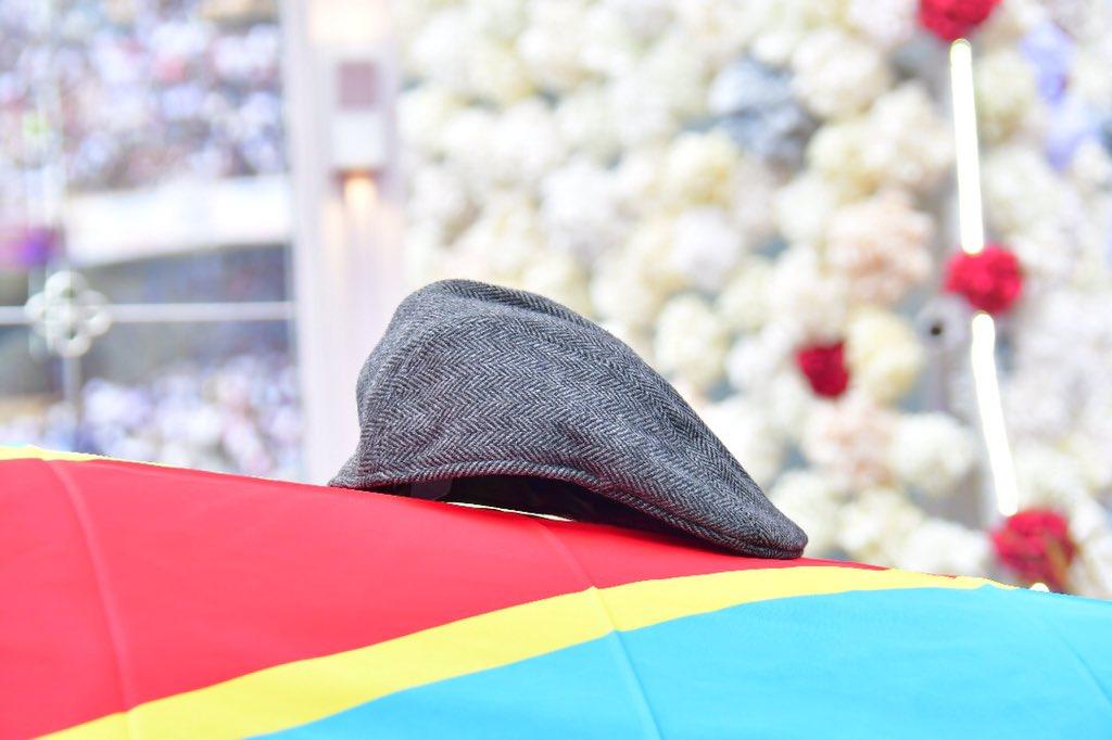 Le célèbre béret d'Etienne Tshisekedi, sur son cerceuil aux couleurs de la RDC, lors de la cérémonie d'hommage populaire le 31 mai 2019 à Kinshasa.