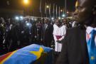 Le cercueil d'Etienne Tshisekedi, sur le tarmac de l'aéroport international de N'Djili, à Kinshasa, escorté par Jean-Marc Kabund et Mgr Mulumba, le 30 mai 2019 à Kinshasa.