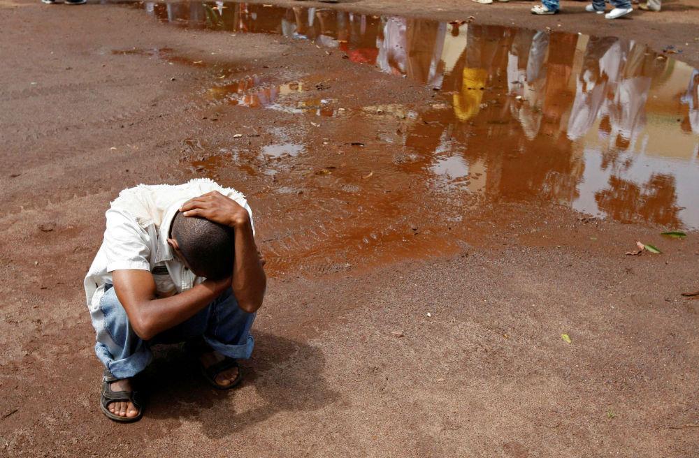 Un proche d'une des victimes du massacre du stade du 28 septembre, lors de la présentation des corps, le 2 octobre 2009 à Conakry.