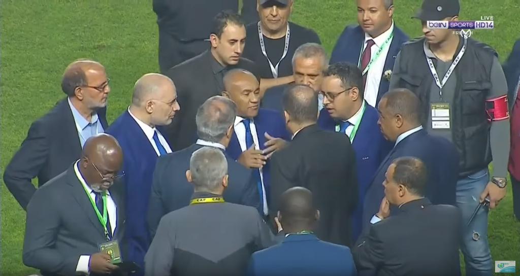 Le président de la CAF, Ahmad Ahmad (au centre), en discussion sur la pelouse lors de la finale de Ligue des champions entre l'Espérance sportive de Tunis et le Wydad Casablanca, vendredi 31 mai 2019.