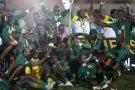 Les joueurs zambiens et le staff célèbrent leur victoire de la CAN 2012, au stade de l'Amitié à Libreville au Gabon, le 12 février 2012.