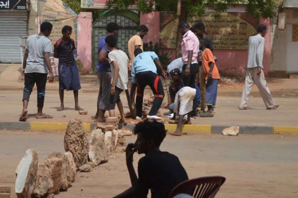 Une barricade érigée par des contestataires pour ralentir l'avancée de l'armée et des milices, le 5 juin dans une rue de Khartoum.
