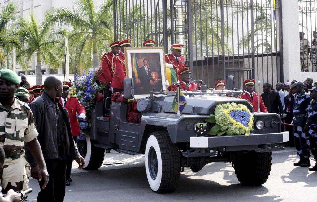 Le cercueil d'Omar Bongo Ondimba est amené au palais présidentiel, lors des funérailles à Libreville, le 16 juin 2009.
