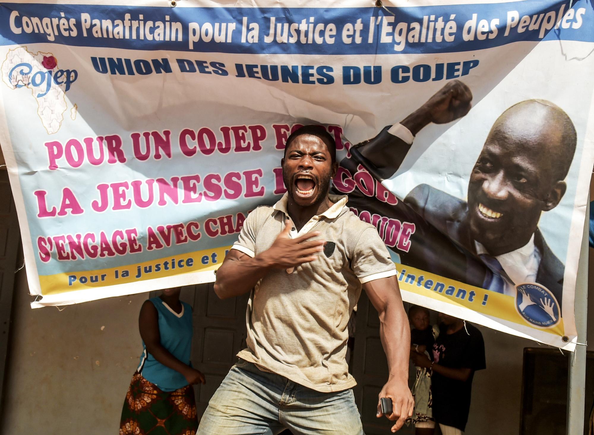 Un partisan de Blé Goudé fêtant son acquittement, le 15janvier, à Abidjan.