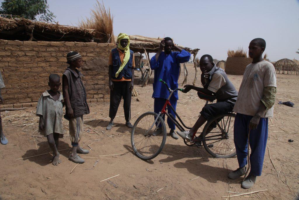 Des jeunes du village peul de Yourou, dans le cercle de Koro, dans le centre du Mali.