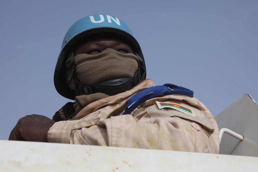 Un Casque bleu burkinabè en patrouille près de Yourou, dans le centre du Mali.