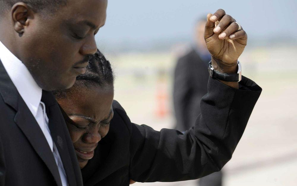De membres de la famille d'Omar Bongo Ondimba, lors du rapatriement du cercueil à Libreville, le 11 juin 2009.