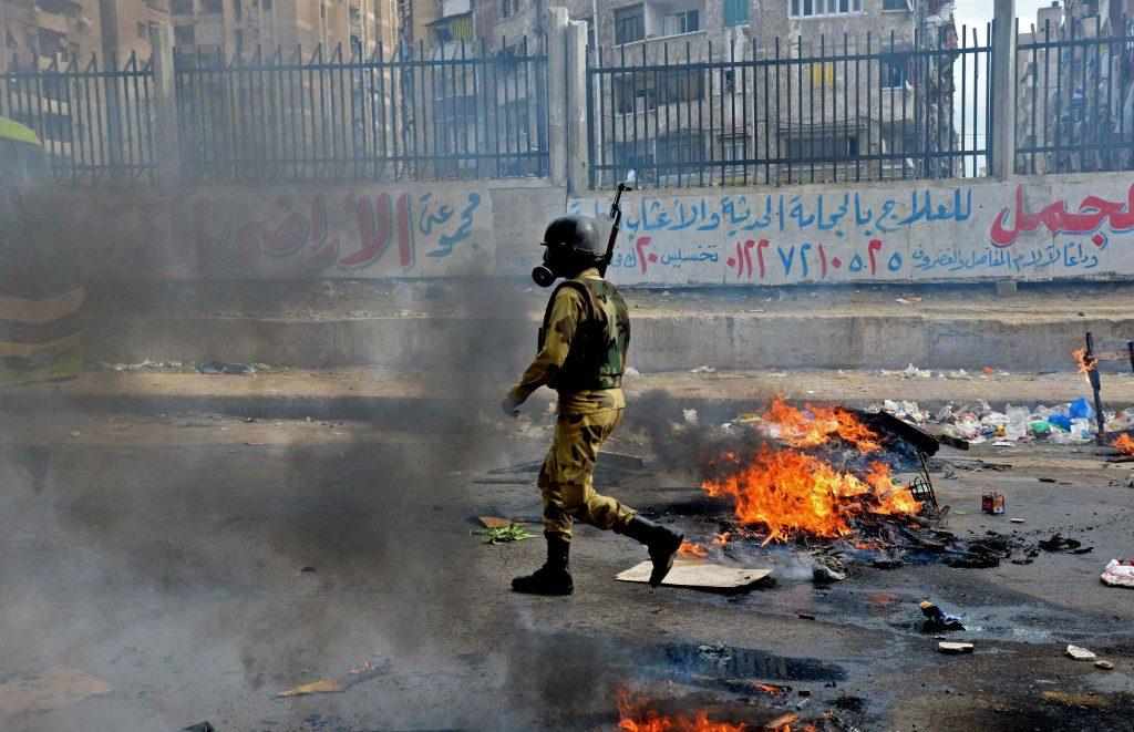Un policier lors de la répression des maniferstations pro-Morsi, en 2013 au Caire (archive).