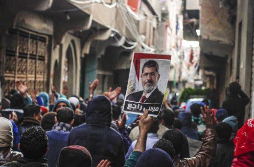 Le portrait de l'ex-président Morsi brandi dans les rues du Caire, en 2015.