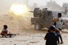 Des membres de forces loyales au GNA en plein combat, près de l'ancien aéroport international, au sud de Tripoli, le 25mai 2019.