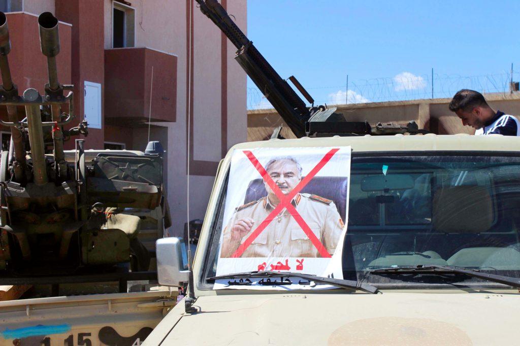 «Non au criminel de guerre Khalifa Haftar», peut-on lire sur l'affiche de cette milice de Misrata.