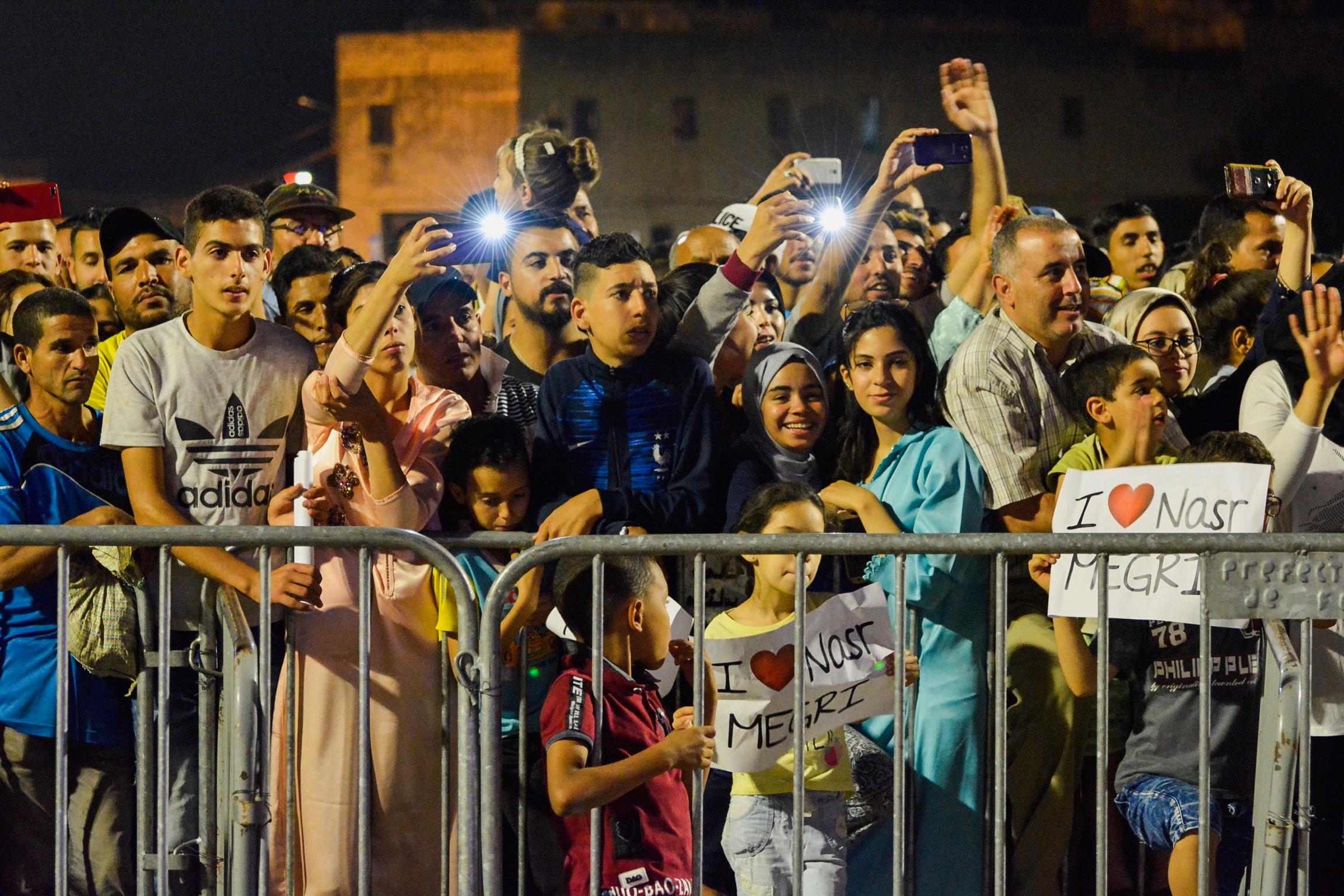 L'artiste Nasr Mégri s'est produit, mardi 18 juin, devant l'immense public de la scène de Bab Boujloud. © Hicham Ennouichi
