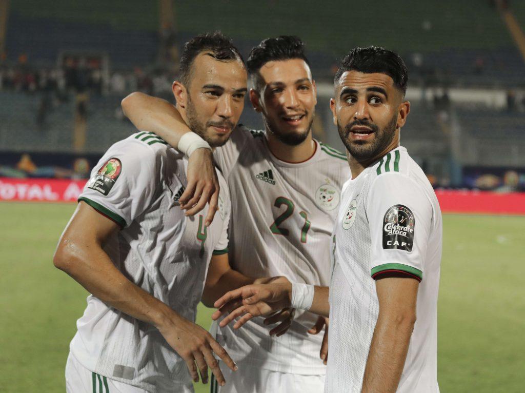Les joueurs algériens célébrant leur victoire face au Kenya (2-0), dimanche 23 juin au Caire.