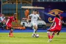 Youcef Atal défie balle au pied les joueurs du Kenya, dimanche 23 juin au Caire.