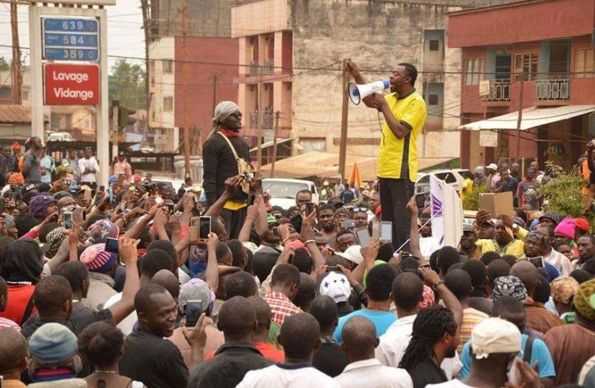 L'activiste Mancho Bibixy, en février 2017 à Bamenda haranguant la foule.