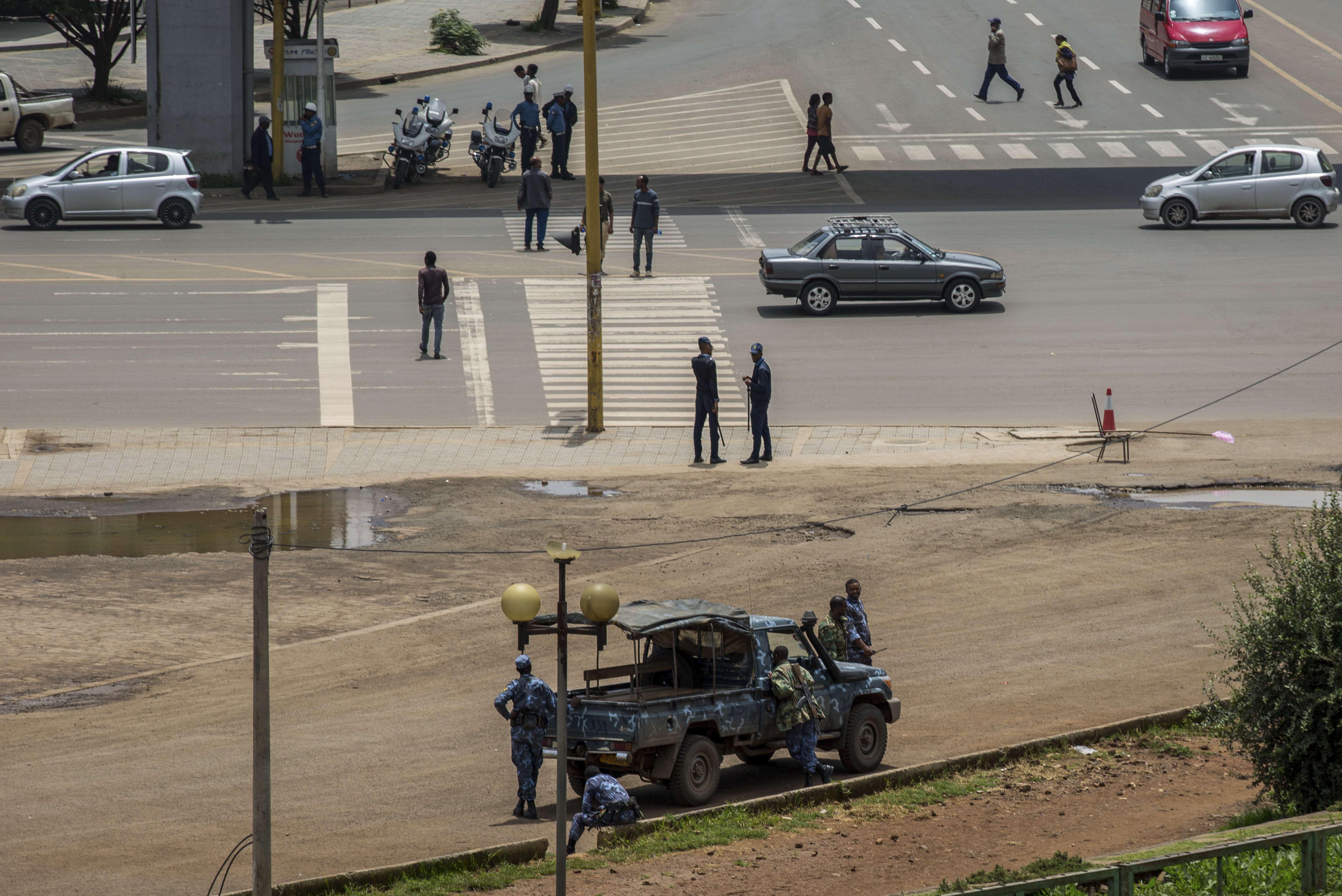 Les forces de sécurité montent la garde sur la place Meskel, dans le centre-ville d'Addis-Abeba, en Éthiopie, dimanche 23 juin 2019, après la tentative de coup d'État..