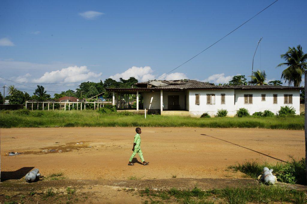A Krindjabo, un enfant passe dans ce qu'était la cour royale du royaume du Sanwi.