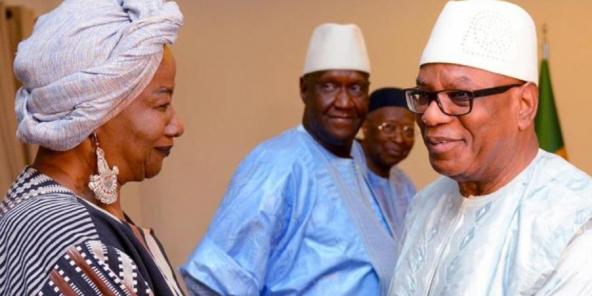 Le président Ibrahim Boubacar Keïta et Aminata Traoré, une des trois personnalités désignées comme facilitateur du dialogue politique, le 25 juin 2019 à Bamako, au Mali.