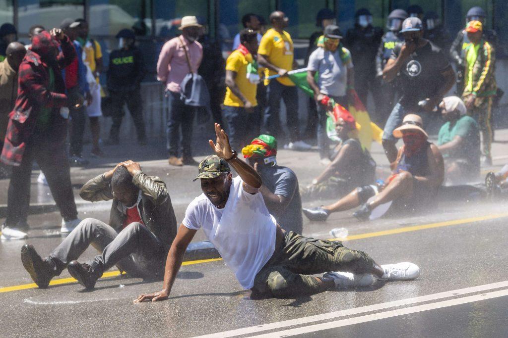 Des manifestants de la diaspora camerounaises se font disperser avec des canons à eau alors qu'ils protestent devant l'hôtel où réside Paul Biya, à Genève, le 29 juin 2019.