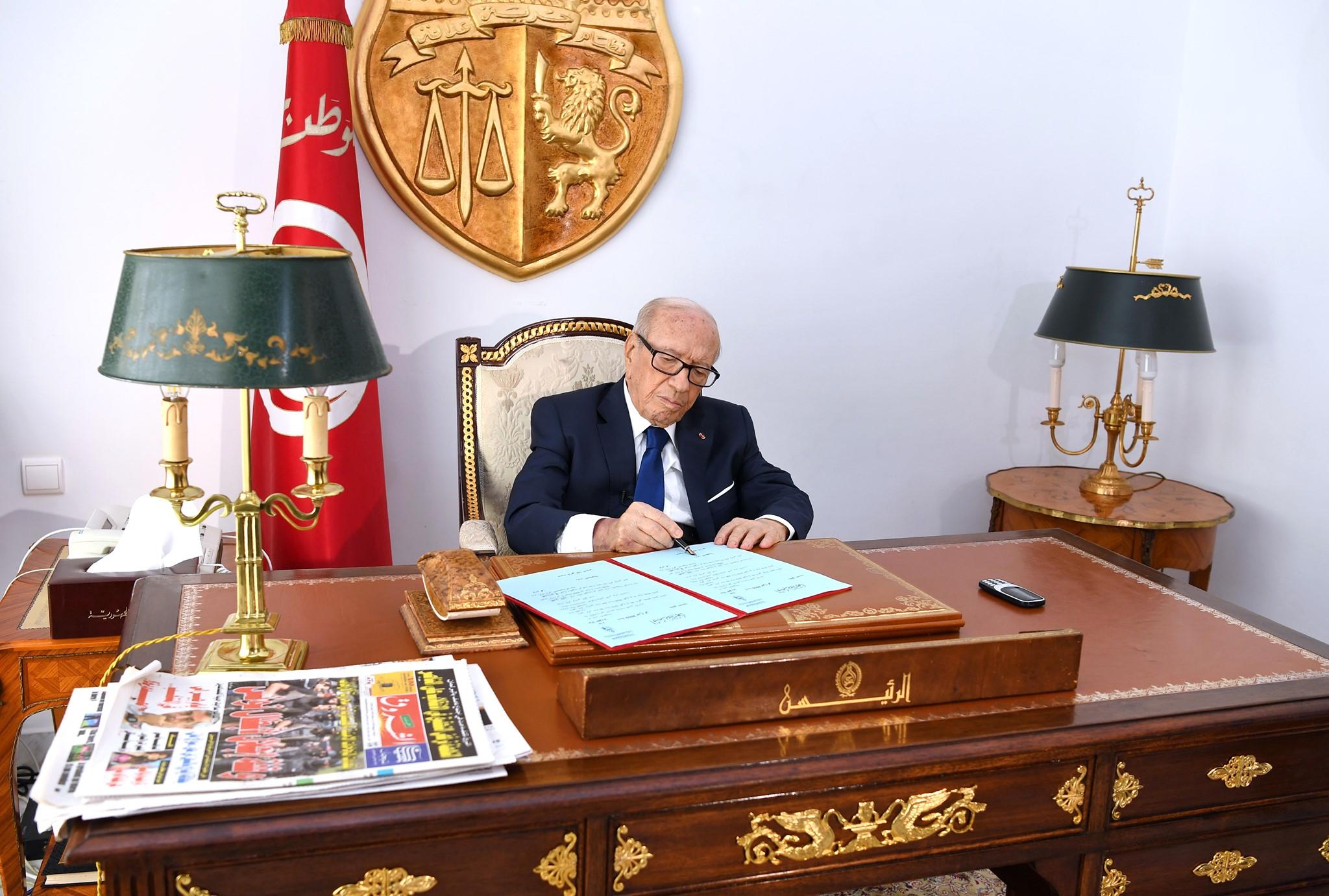 Le président tunisien Béji Caïd Essebsi signant les décrets de convocation du corps électoral et de prolongation de l'état d'urgence, vendredi 5 juillet 2019 (image d'illustration).
