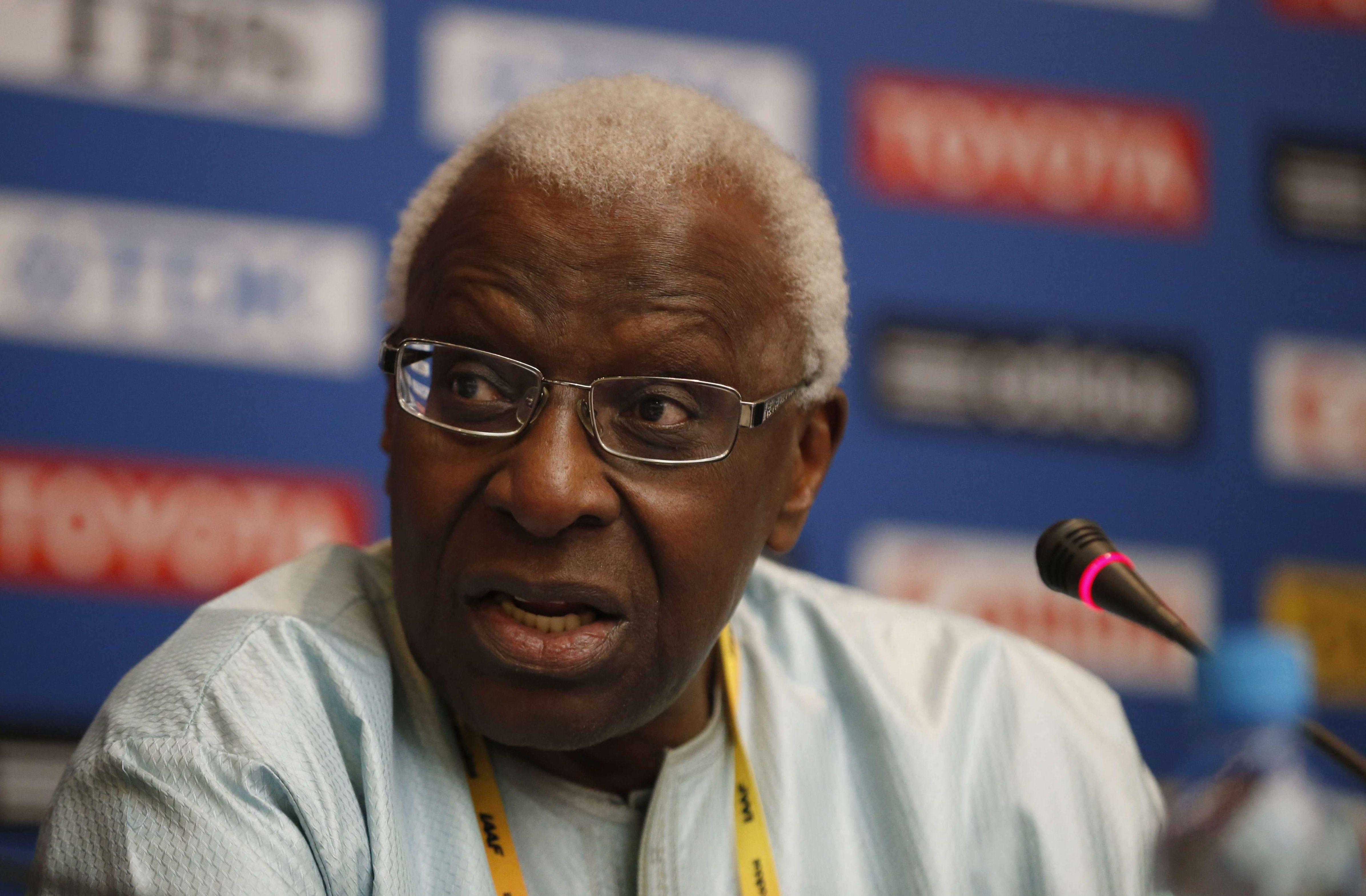 Lamine Diack, alors président de l'IAAF, prenant la parole lors d'une conférence de presse dans un hôtel à Moscou, le jeudi 8 août 2013.
