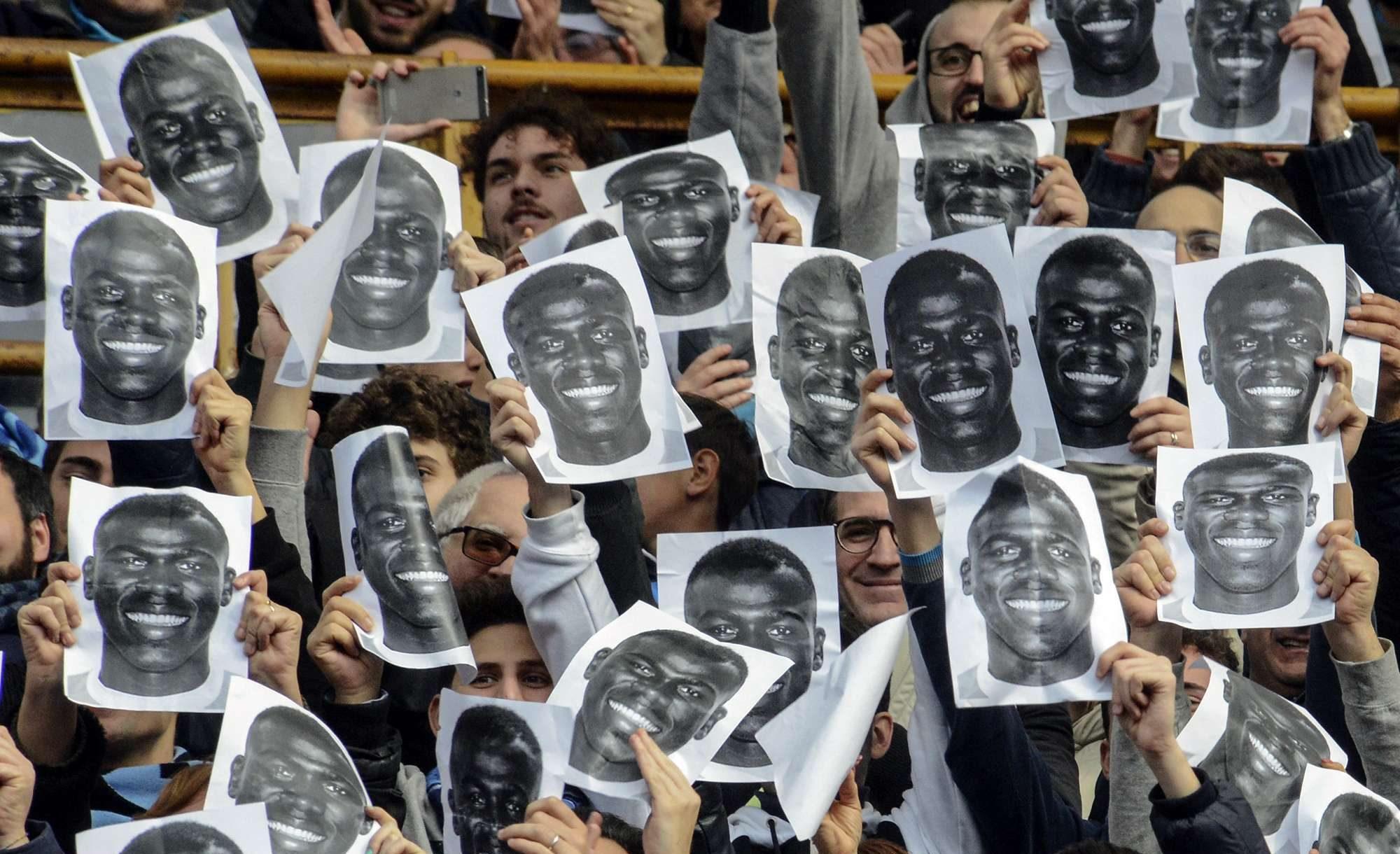 Des supporters napolitains tenant des portraits du défenseur Kalidou Koulibaly, avant le match de football de Serie A opposant Napoli et Carpi au stade San Paolo de Naples, en Italie, le dimanche 7 février 2016.