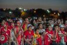 Des supporteurs tunisiens devant un écran géant à Tunis.