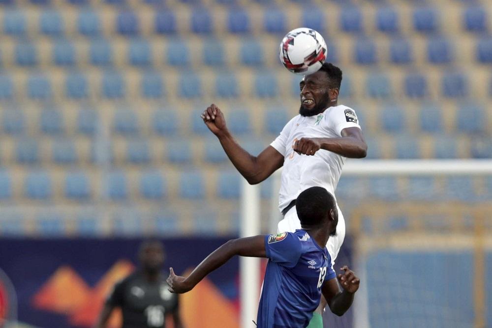 L'Ivoirien Serge Wilfried Kanon frappe le ballon de la tête.