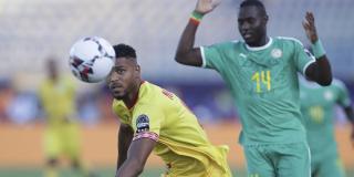 Le Béninois Steve Mounie prend de vitesse le Sénégalais Henri Saivet, le 10 juillet 2019 en quarts de finale de la CAN.