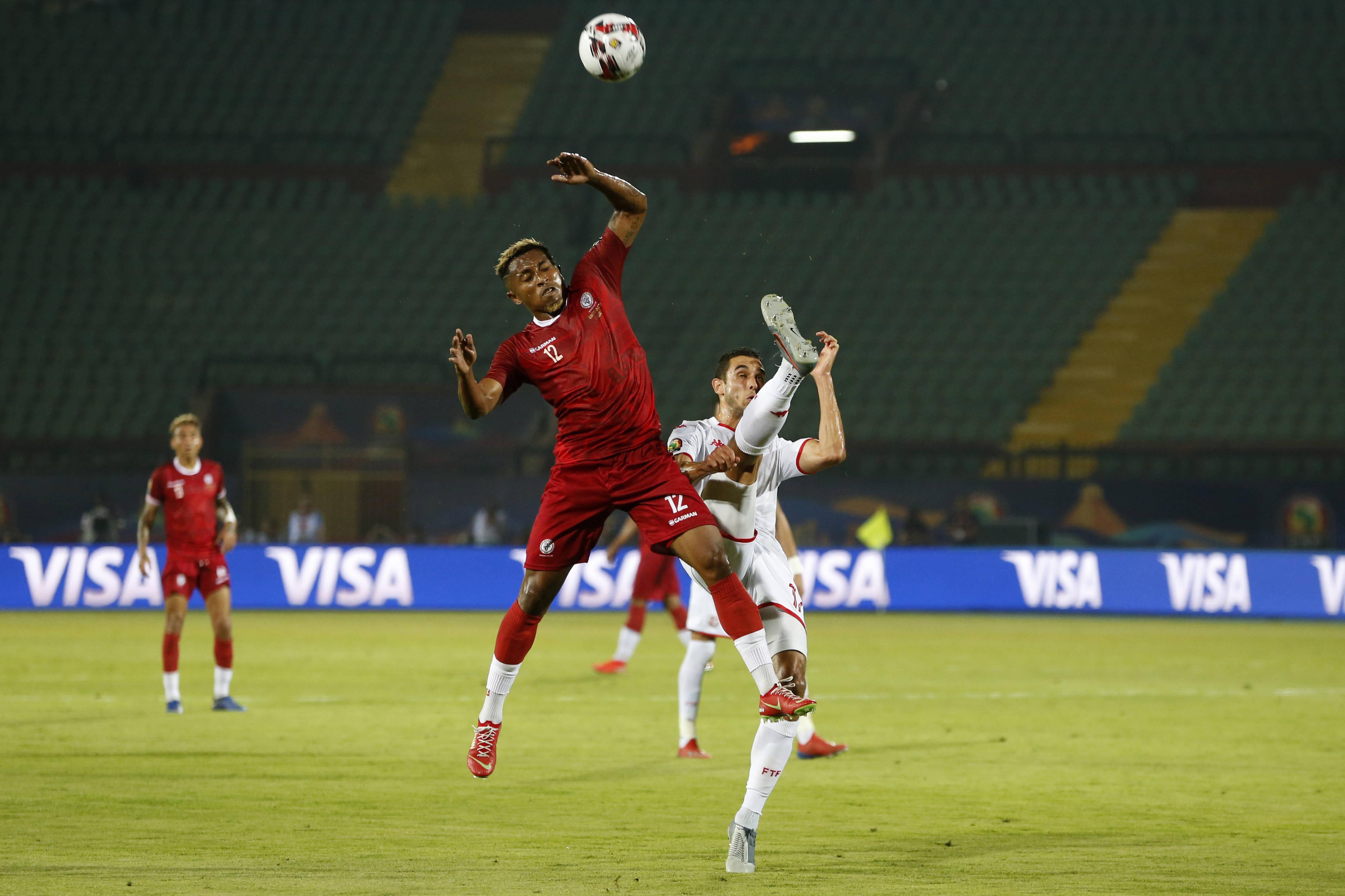 Lalaina Enjanahary (Madagascar) et Ellyes Skhiri (Tunisie) se disputent le ballon lors du match de quart de finale de la Coupe d'Afrique des nations au stade Al Salam du Caire, en Égypte, le jeudi 11 juillet 2019.