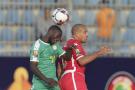Duel aérien entre le Sénégalais Youssouf Sabaly et le Tunisien Wahbi Khazri en demi-finale de la CAN 2019, le 14 juillet au Caire.