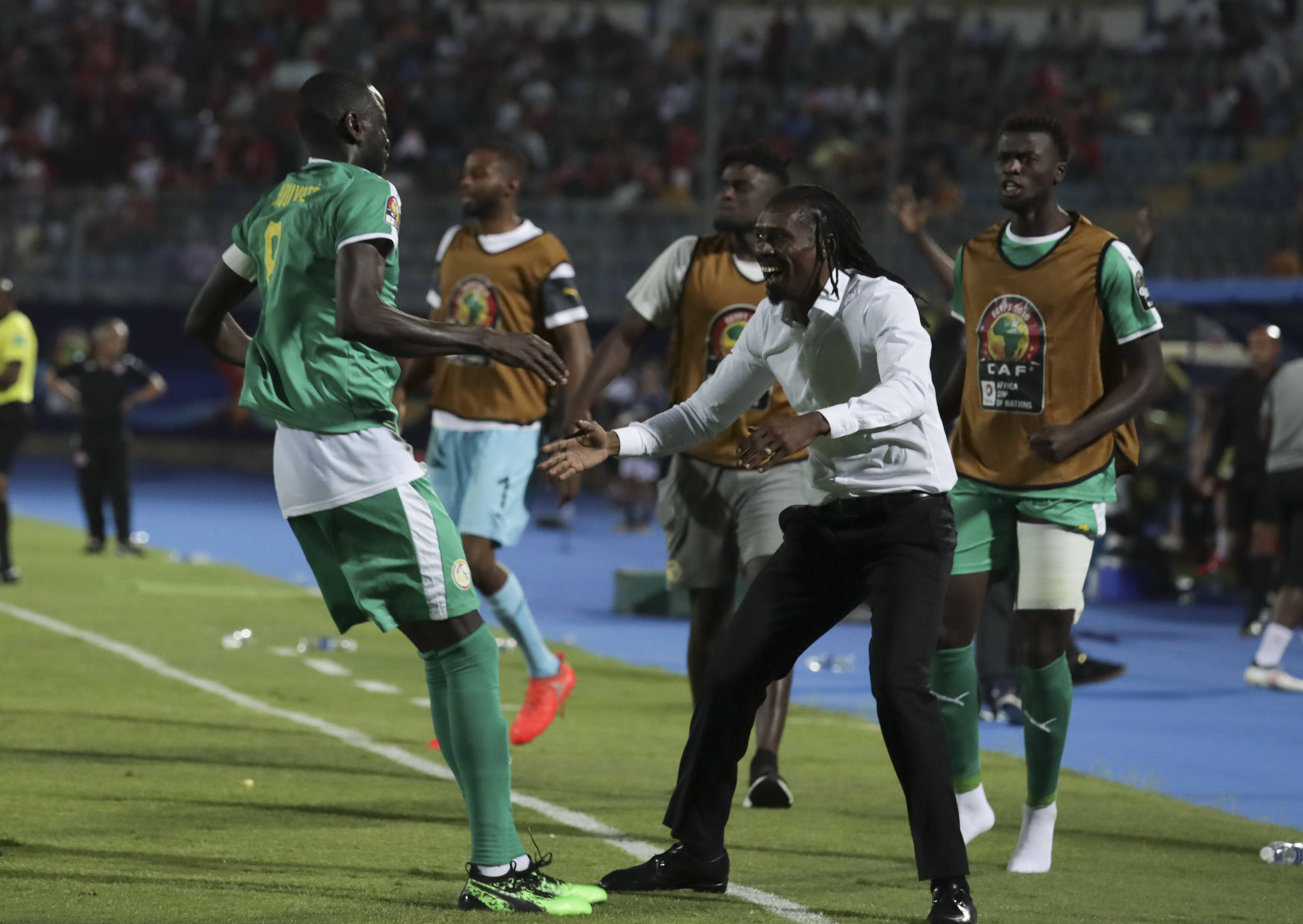 Aliou Cissé et les joueurs sénégalais célèbrent l'ouverture du score des Lions de la Teranga dans la demi-finale de la CAN 2019 face à la Tunisie, le 14 juillet au Caire.