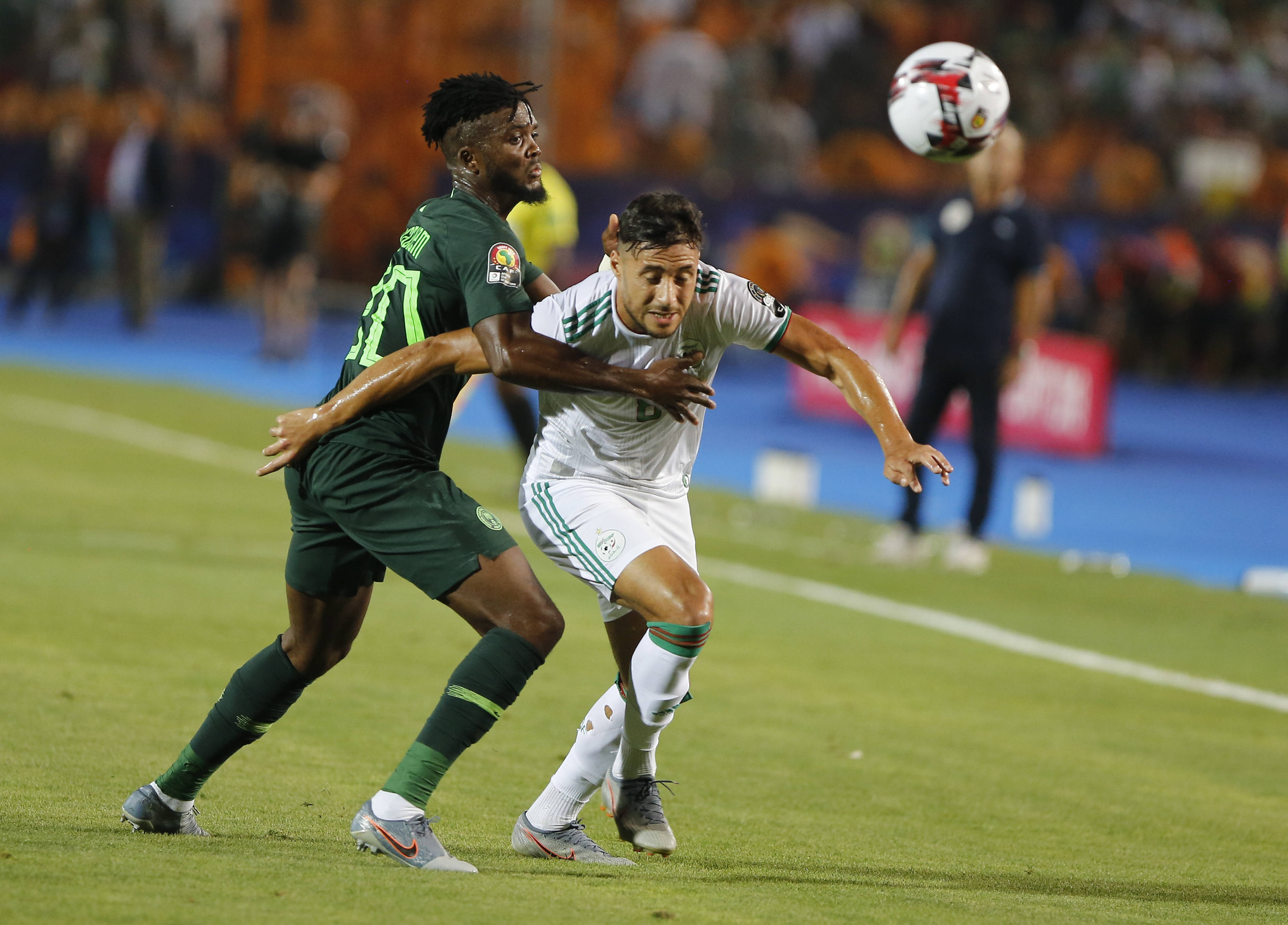 Le Nigérian Awaziem Collins et l'Algérien Mohamed Salim à la lutte durant la demi finale de la CAN 2019, le 14 juillet au Caire.