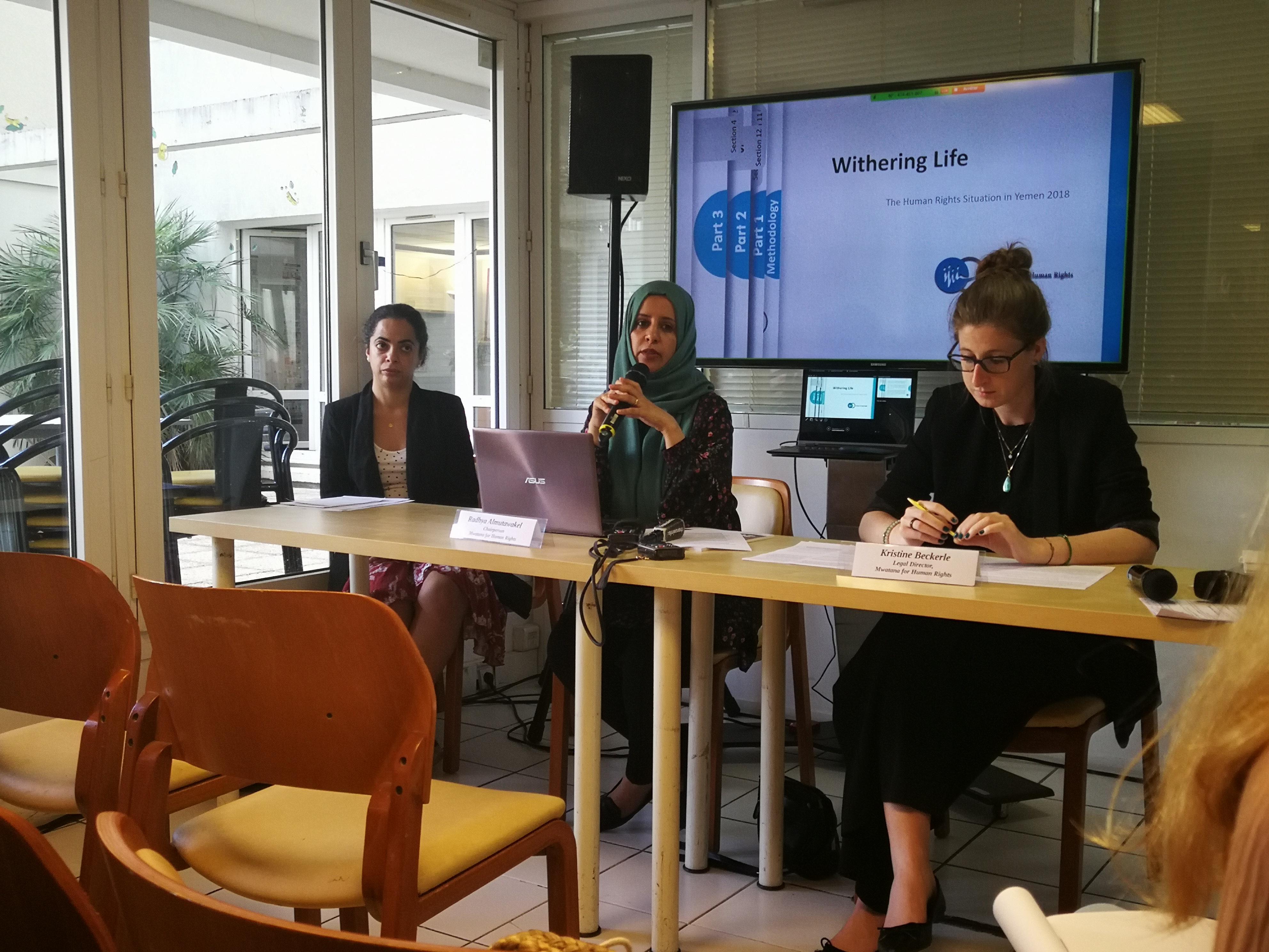 Radhya Al Mutawakel, présidente de Mwatana for Human Rights, et Kristine Beckerle, directrice juridique de l'ONG, lors d'une conférence de presse organisée mardi 16 juillet 2019 à Paris.