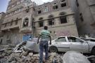 Un homme constate les dégâts causés par un bombardement de la coalition sur la capitale yéménite, Sanaa, le 16 mai 2019.