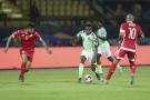 Le Nigérian Collins au duel avec le  Tunisien Al Salam.