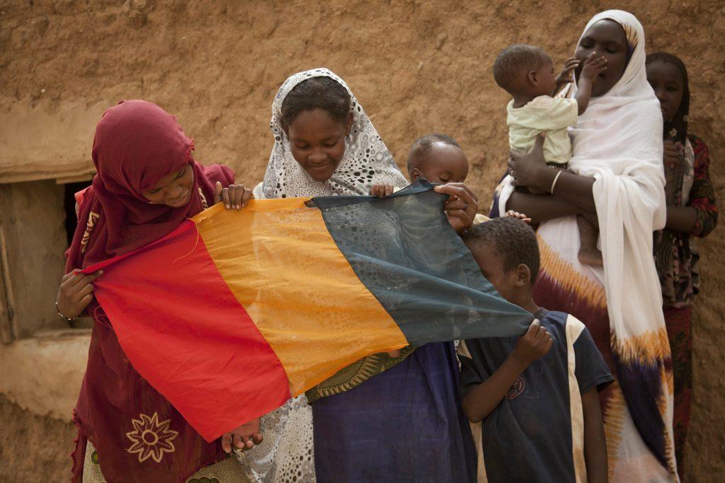 Des jeunes filles tiennent le drapeau malien à Kidal, en juillet 2013.