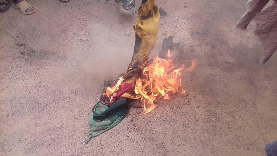 Un drapeau malien brûlé à Kidal, le 1er juillet 2019.
