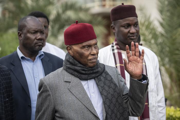 L'ex-président Abdoulaye Wade en allant rejoindre le comité directeur du PDS à Dakar, le 13 février 2019.