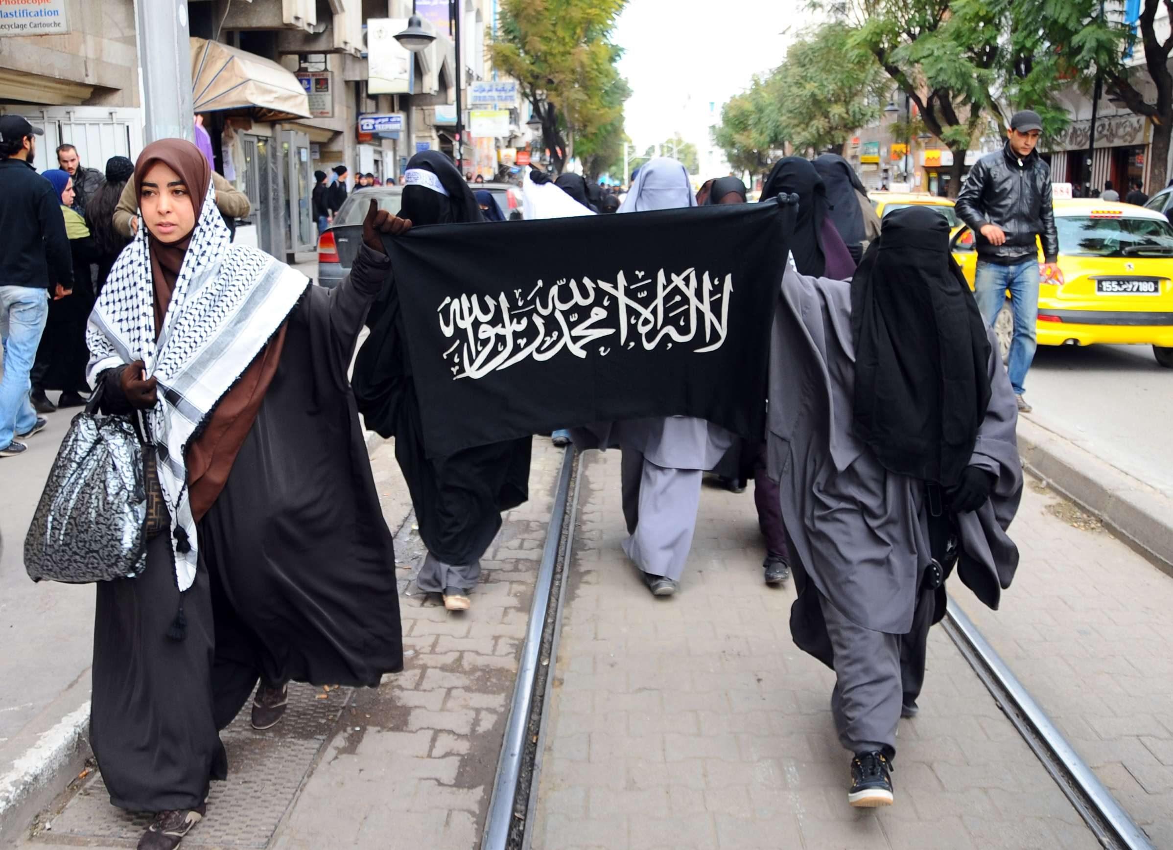 Des femmes tunisiennes manifestant près de l'ambassade de France, en 2012, après la condamnation d'une Française pour avoir porté le voile intégral.