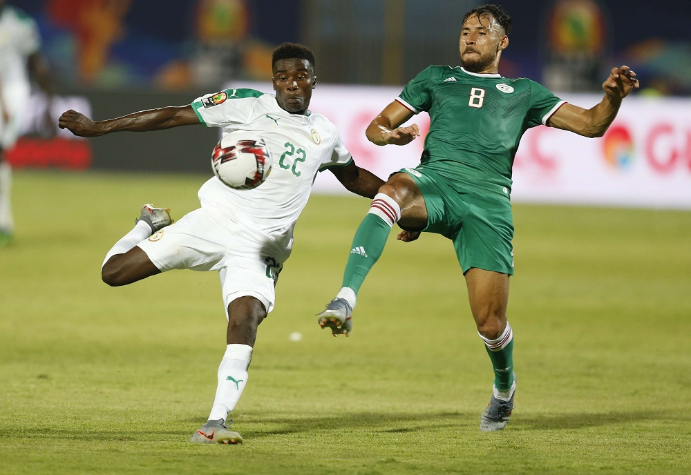 Le Sénégalais Moussa Wague au duel avec l'Algérien Mohamed Belaili lors du match entre les deux équipes en phase de poules de la CAN 2019, le 27 juin 2019 au Caire.