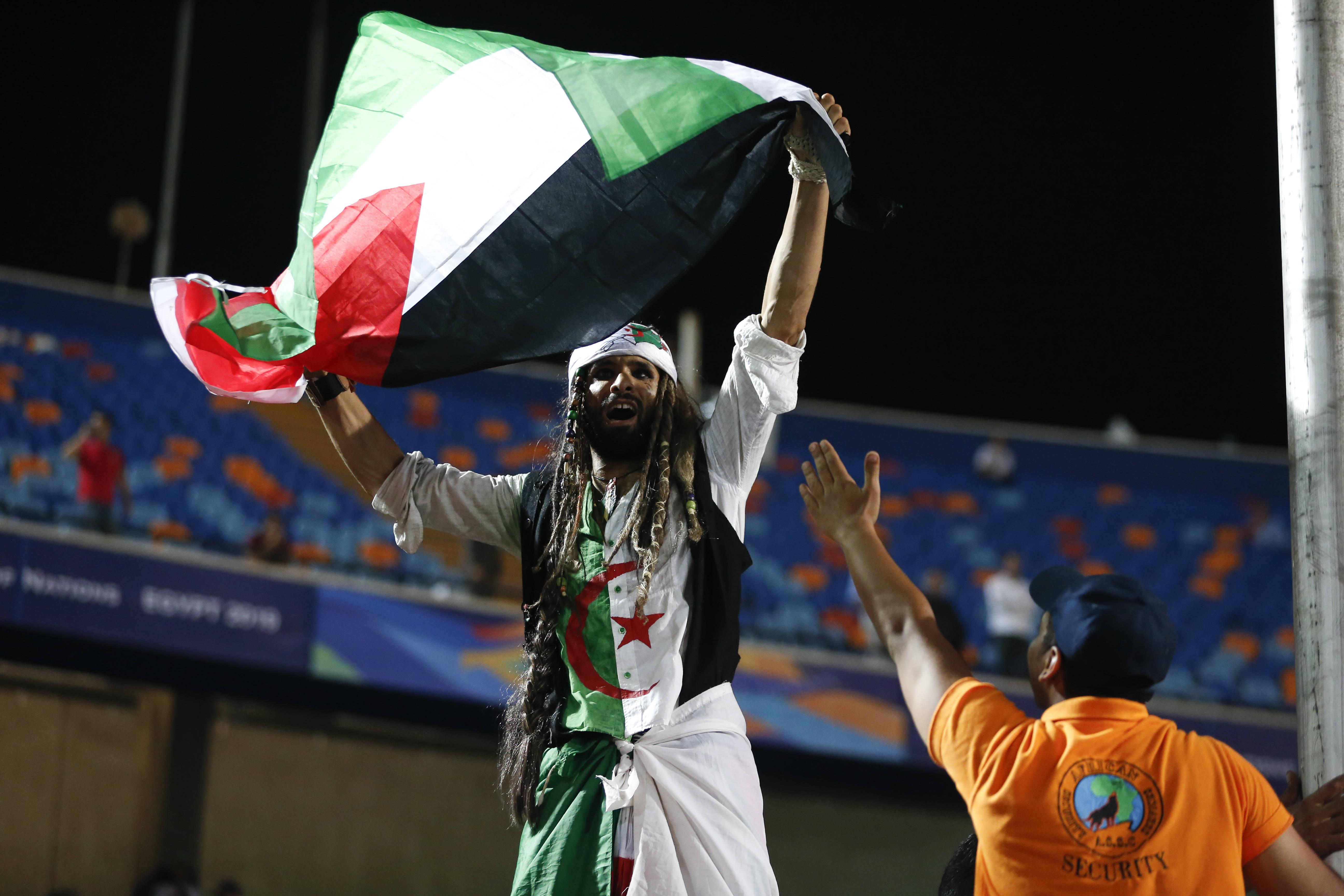 Un agent de sécurité égyptien avec un supporteur algérien au Caire, lors de la demi-finale de la CAN opposant l'Algérie au Nigeria, dimanche 14 juillet 2019 (image d'illustration).