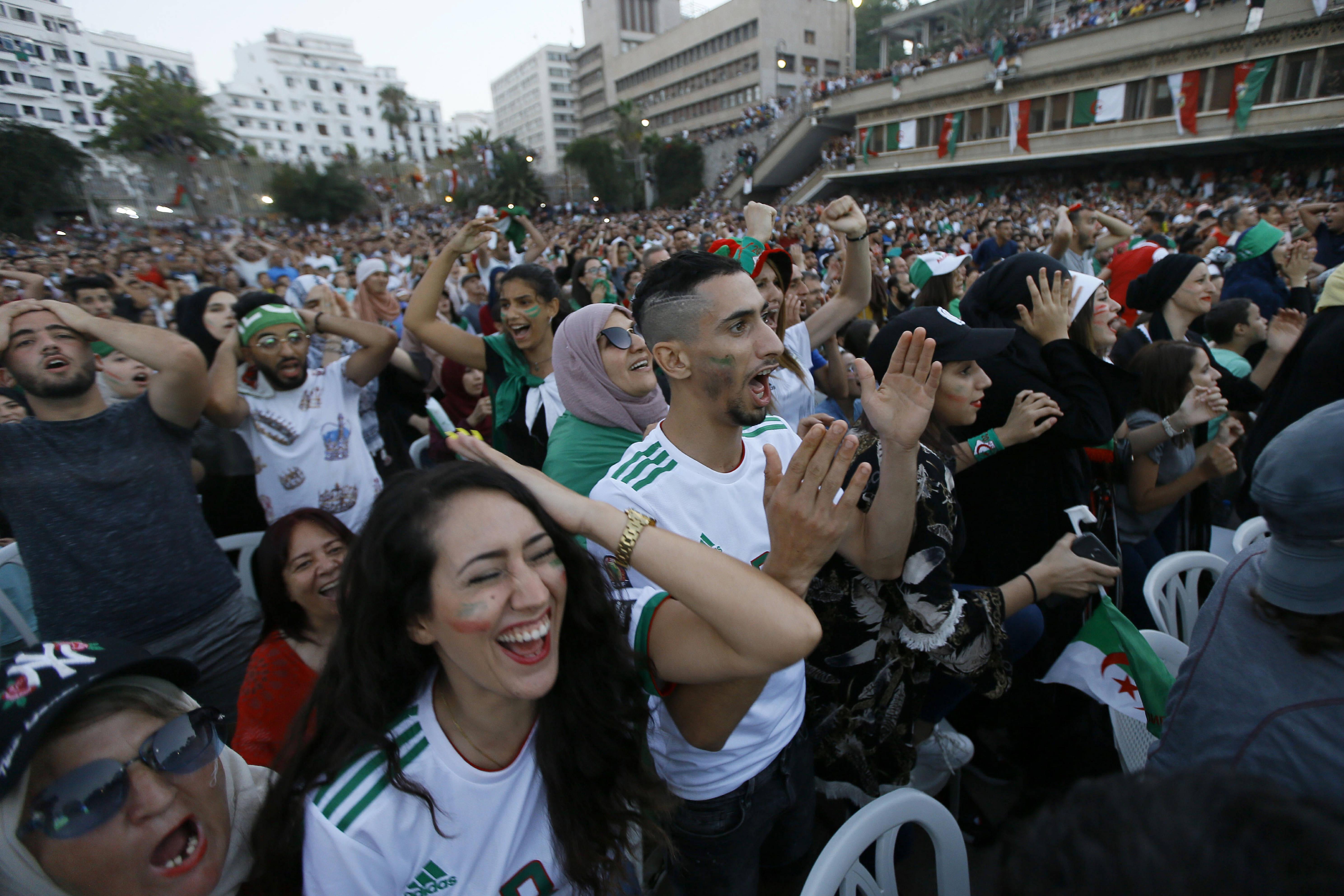 Des supporteurs dans le stade Ouaguenouni d'Alger, lors de la demi-finale de la CAN opposant l'Algérie au Nigeria, dimanche 14 juillet 2019.
