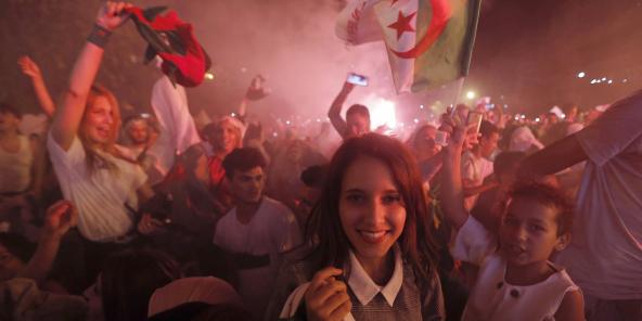Des supporteurs célébrant la victoire de l'Algérie en demi-finale de la CAN, dimanche 14 juillet 2019 à Alger.